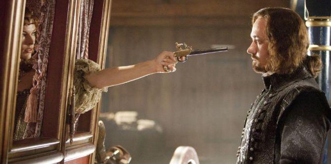 Milla Jovovich a Matthew MacFadyen ve filmu Tři mušketýři