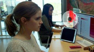 Nová ukázka na The Circle proti sobě staví Emmu Watson a Toma Hankse