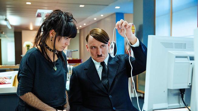 Už je tady zas - recenze komedie s Adolfem Hitlerem