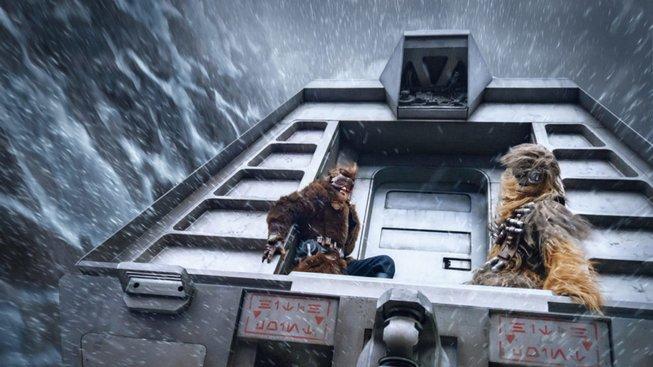 Han Solo prohrává v kartách, lítá, střílí a vtipkuje s Chewbaccou