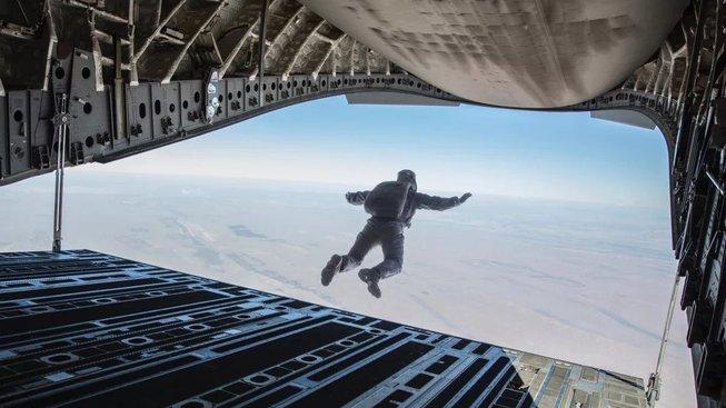 Tom Cruise představuje svůj poslední kaskadérský kousek z Mission Impossible
