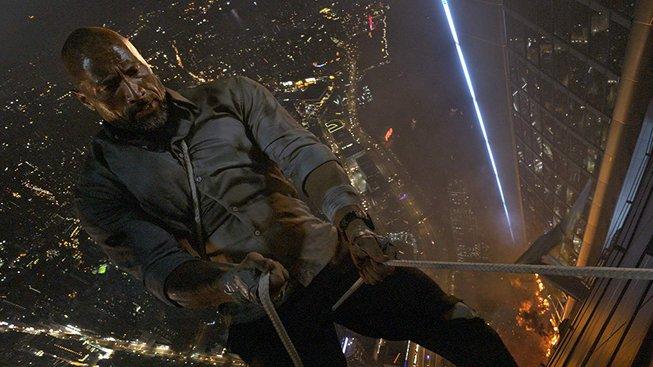 """Dwayne """"The Rock"""" Johnson riskuje život a ve filmu Mrakodrap zachraňuje rodinu"""