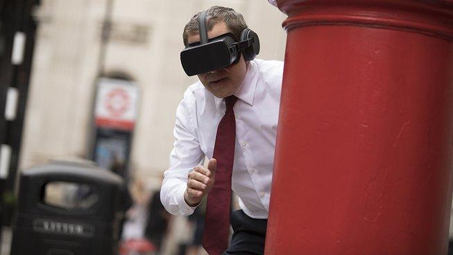 Johnny English 3: Rowan Atkinson blbne nejen s virtuální realitou