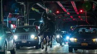Keanu Reeves nestárne: v první ukázce na John Wick 3: Parabellum rozdává jednu ránu za druhou