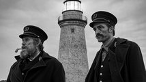 Pattinson a Dafoe představují černobílé drama o strážcích majáku
