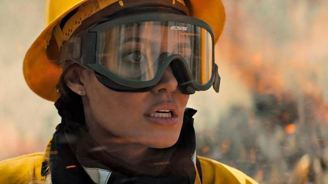 Kdo mi jde po krku postaví Angelinu Jolie proti zabijákům a lesnímu požáru