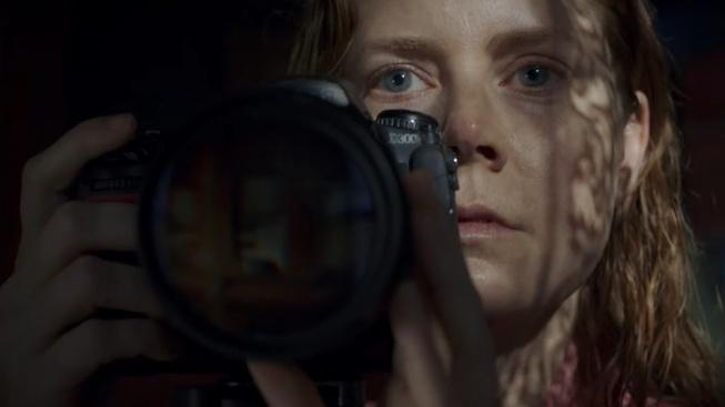 Amy Adams trpí v novém thrilleru Žena v okně na agorafobii