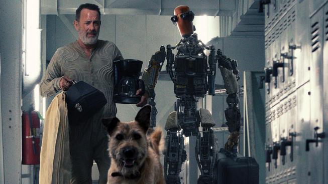 Tom Hanks se představuje jako robotický inženýr Finch